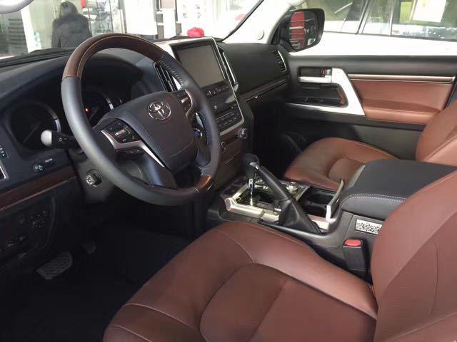 17款丰田酷路泽5700中东版进级了内饰材质,打孔真皮座椅和高光芒的