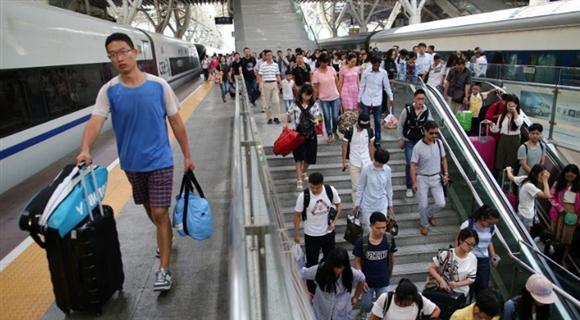 中国暑运收官 铁路迎客流返程高峰