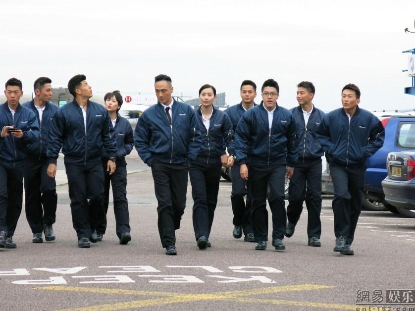 师制服,个性的飞机头也是吴镇宇很钟意的造型,剧中的吴镇宇在驾驶飞机
