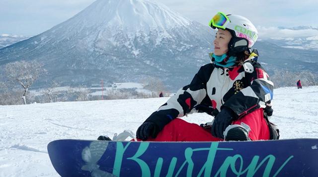 郑罗茜解锁极限运动新姿势 成冬季运动榜样