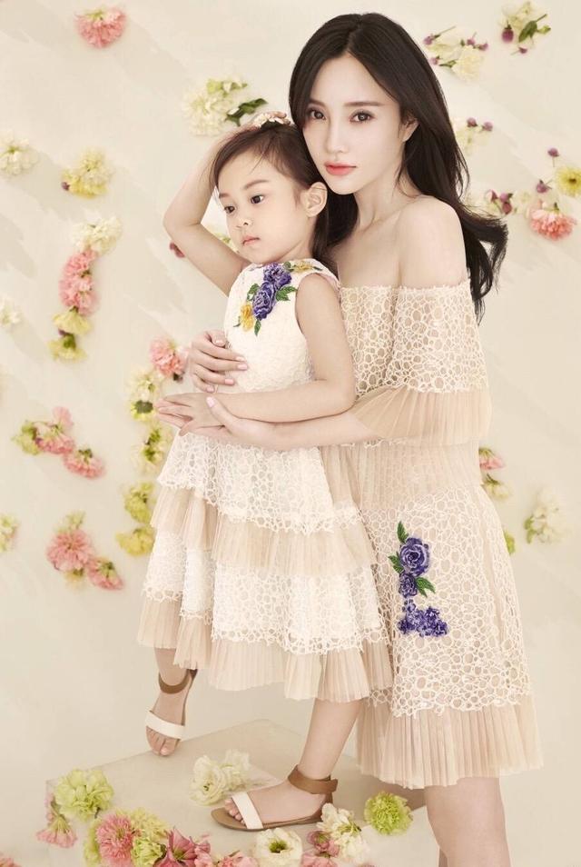 近日有网友在网发布了一组李小璐与女儿甜馨拍亲子照的相片,两人穿着