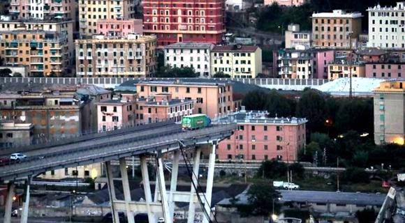意大利高架桥坍塌多车坠落 卡车断桥边刹停