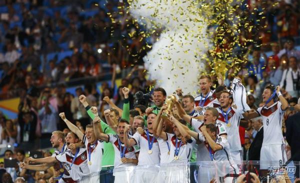 对于勒夫及其弟子来说,巴西世界杯既是最好的机会,也可能是最危险的历程。本届大赛看上去并没有绝对的夺冠大热,即便是三连霸西班牙,也暴露出明显的年龄结构老化迹象,控制力不如以往,对荣誉的渴望也难免有所下降。相比之下,德国队人才涌现的速度依旧是各路豪强中最迅猛的,而且年龄结构依旧合理。 人才过剩 然而,相比于两年前欧洲杯,甚至是四年前的南非世界杯,这支德国队虽然在某些原本就强大的位置进一步补强,但在更多位置上却是原地踏步,甚至有所退步。门将和进攻型中场,德国的人员储备都堪称奢侈。诺伊尔四年前在南非横空出世,一举