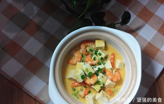 <b>咸蛋黄虾仁豆腐:味道鲜美有营养,晚餐来一碗,连米饭都省了</b>