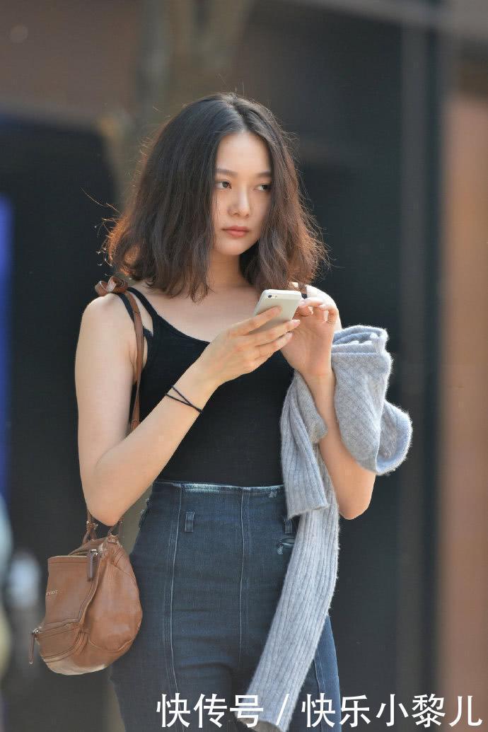 街拍美女:小姐姐真时尚,将牛仔裤前后反穿,不显尴尬反而忒美