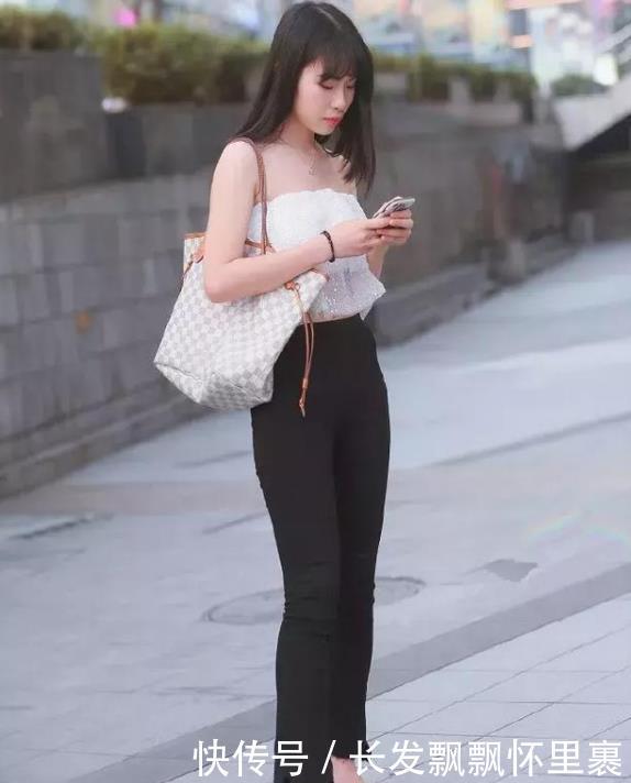 暗香袭人的小姐姐,一件白色露肩上衣配黑色长裤,魅力十足