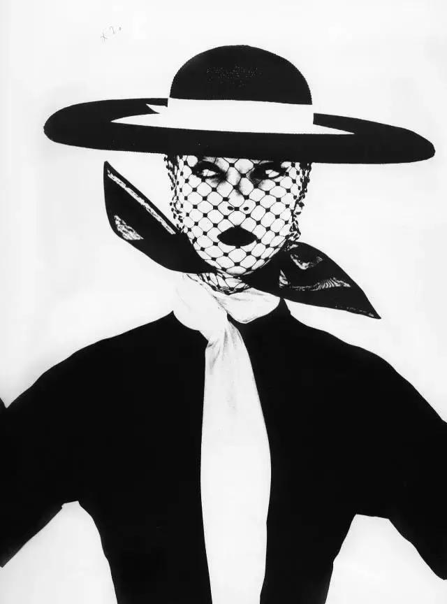 优雅的赫本、出浴的梦露、吸烟的女人……50张最美经典女性黑白照