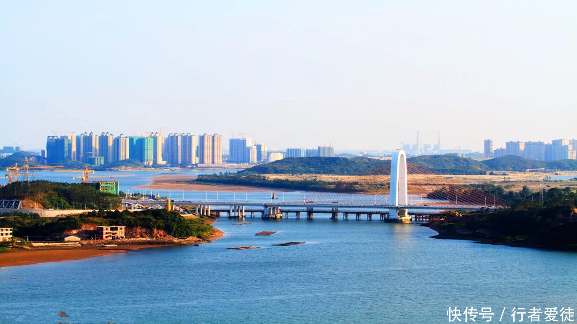 广西最富裕的城市,竟然不是南宁或柳州,更不是北海和桂林 广西,是西南地区最便捷的出海通道,在中国与东南亚的经济交往中占有重要地位。广西是中国东盟博览会的举办地。此次,我们主要盘点广西14个主要城市,并从富裕程度方面将其仔细分析。众所周知,经济实力可参考地区生产总值的数据,而富裕程度可参考人均地区生产总值。诸如中国香港的GDP总量高于中国澳门,但因澳门的人均GDP高于香港。我们大可说香港的经济实力强于澳门,但澳门的富裕程度高于香港。  在广西各市中,南宁为第一强市,其GDP总量为4118亿元。柳州为第二强市