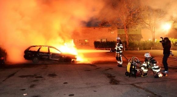 瑞典一夜80辆车被蒙面者纵火