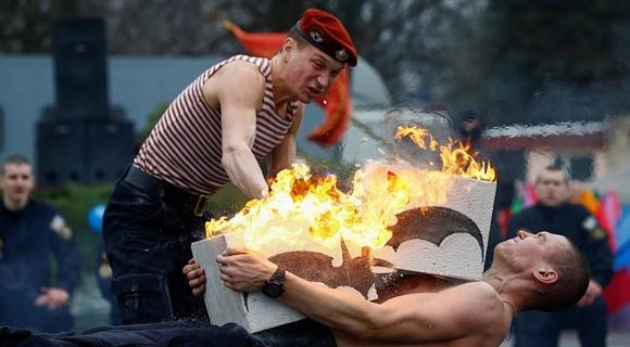 白罗斯士兵展示喷火碎大石