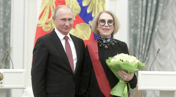 普京在克里姆林宫出席颁奖仪式 牵手获奖女演员