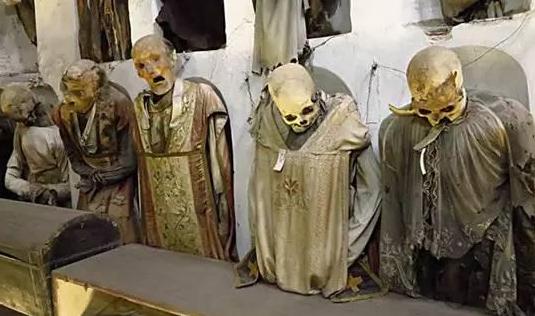 世界最恐怖的墓穴,600万尸骸遍布,墙都是骸骨