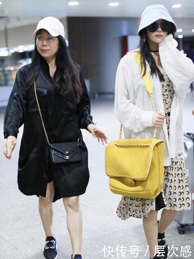 张馨予产后厉害了,与妈妈穿同款母女鞋超温馨,连衣裙身材比妈好