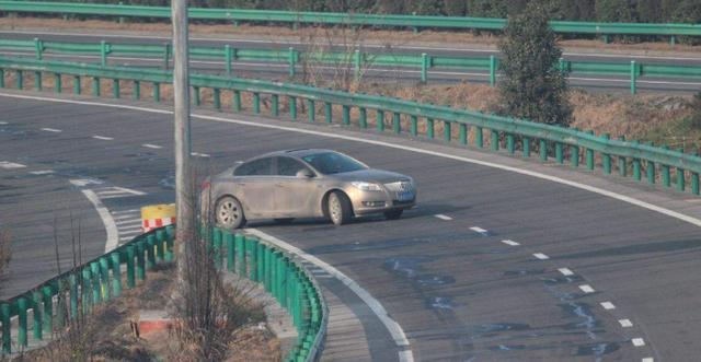 解决高速路倒车现象,把服务区打通就能让那些倒车的不再倒车?
