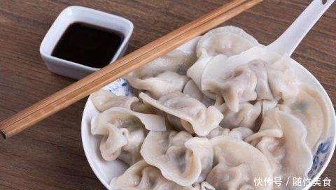 外国人来中国旅游 咬咬牙点了份饺子 结账时反问:没搞错?