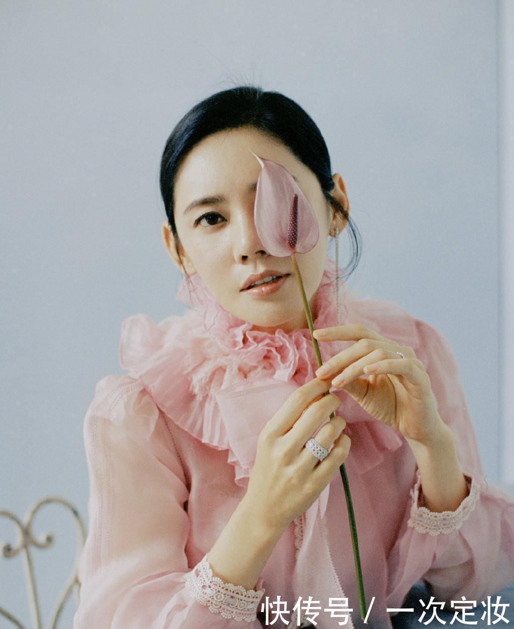 """嫁给于晓光成""""中国媳妇"""",穿渔网外套配毛绒裙,美得端庄素雅"""