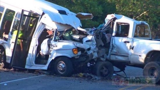 一边开车一边发短信造成大祸 德州车祸13死!
