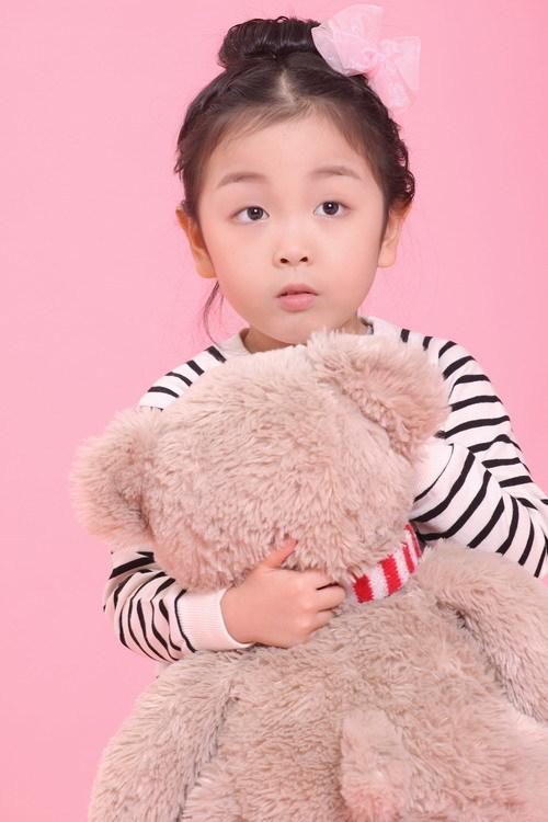 建筑着心中的未来 对着洋娃娃许个愿望 我们一起长大 可爱的娃娃 我最