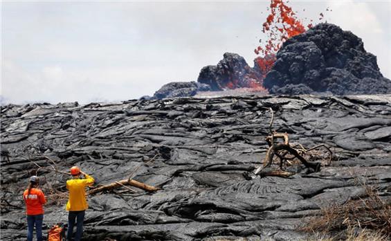 夏威夷基拉韦厄火山持续喷发 熔岩四射清晰可见