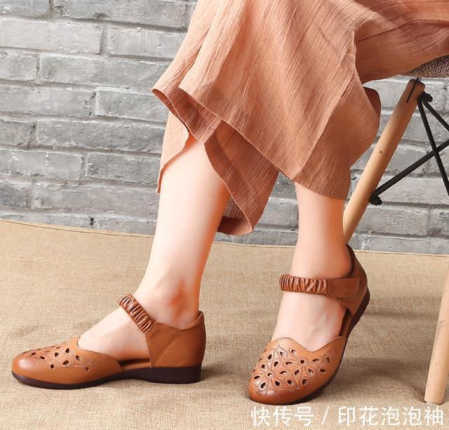 女人过四十,尽量少穿高跟鞋,试试这两种,舒适不打脚