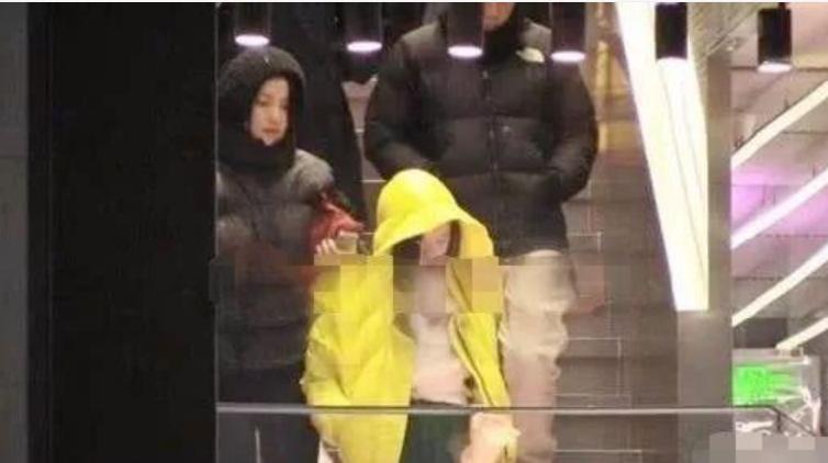 偶遇李亚鹏父女出游,12岁李嫣烫了时尚大卷,被路人夸好有气质