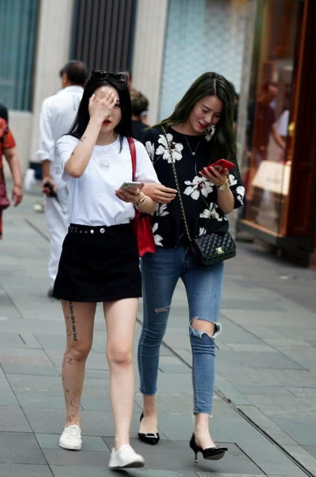 路人街拍:微胖辣妈演绎120斤的时尚魅力,穿衣搭配具有吸引力