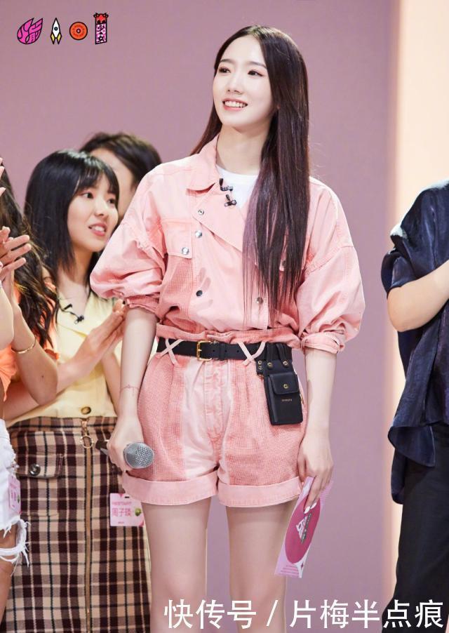 孟美岐粉红套装穿出帅气感,硬糖女孩无疑,嘴巴微凸有点奇怪