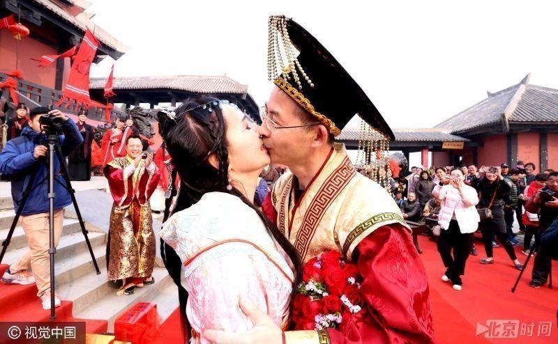 """男子穿古装扮""""皇帝""""求婚 女友动情献热吻"""