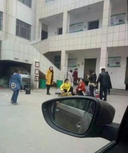 河南小学生踩踏致2死20伤 疑因厕所墙倒塌