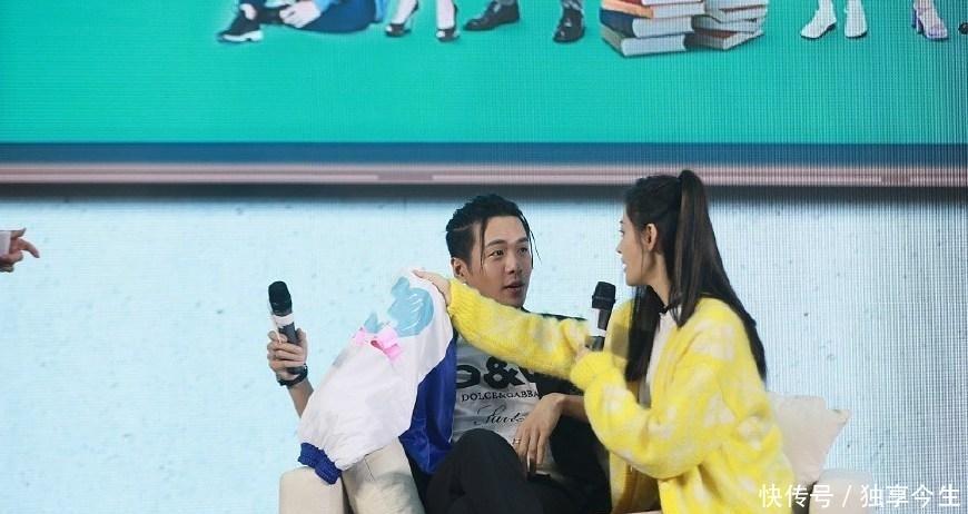 张若昀张天爱出席活动,同坐沙发距离暧昧,网友:腿是真白,还直