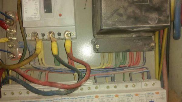下边是他家的电箱电路图,看看他们家走的电有没有问题.