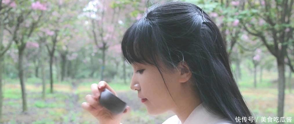 感受传统美食的温度,李子柒烧逍遥草本茶,用茶道去宣扬心中理想
