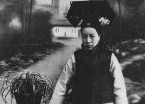 清朝皇帝溥仪小时候,吃饭前必先吸这个,宫女太监都得回避 -  - 真光 的博客