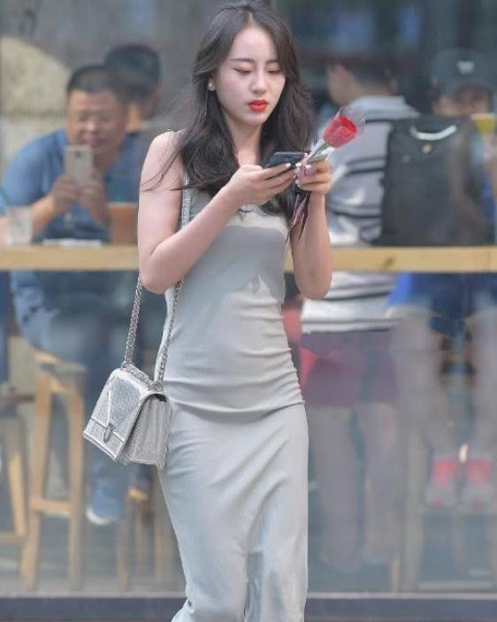 灰色丝质长裙街头摄影,红玫瑰看着很显眼!插图(2)