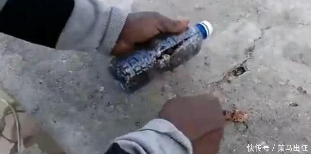 <b>男子海边捡到可疑塑料瓶,打开查看,男子当场被吓坏了!</b>
