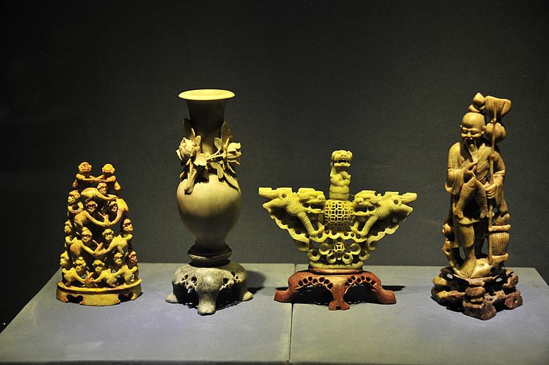 """石雕"""",是指以青田石为材料雕制而成的中国传统工艺品"""
