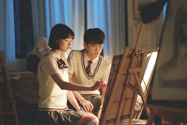 学生谈钢琴图片