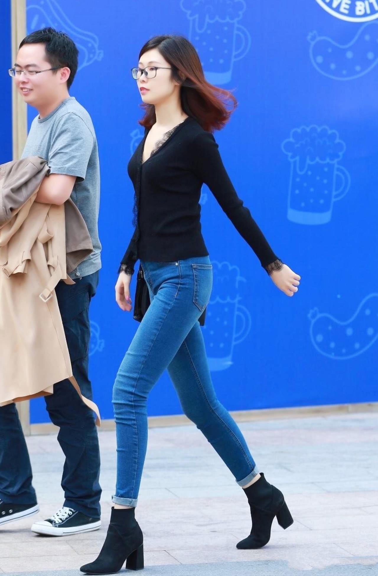 路人街拍:辣妈把经典牛仔裤穿出新意,搭配出都市女郎的魅力!