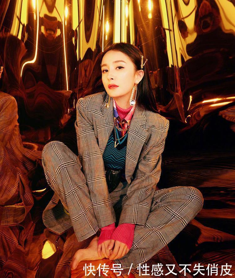 33岁杨幂的西装穿搭酷劲十足,女总裁就是要这么又美又飒