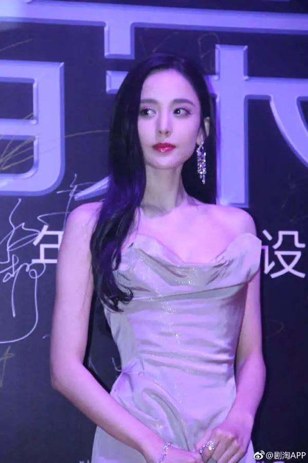 古力娜扎戛纳仙女裙惊艳众人,网友却都在议论她的鼻子!