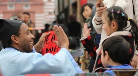"""非洲小伙着古装写""""Chinglish""""新春祝福"""