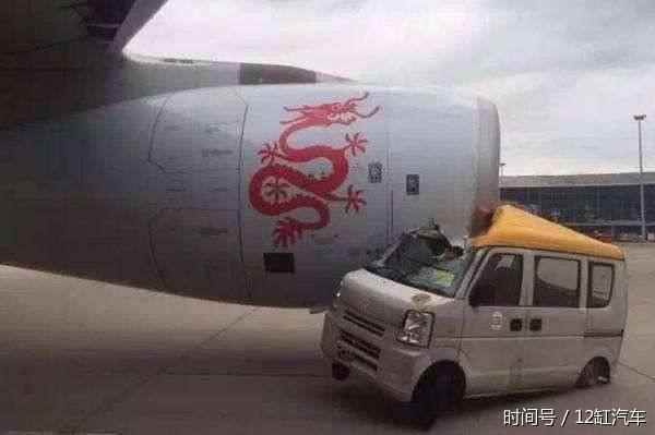 皮卡和小型私人飞机相撞