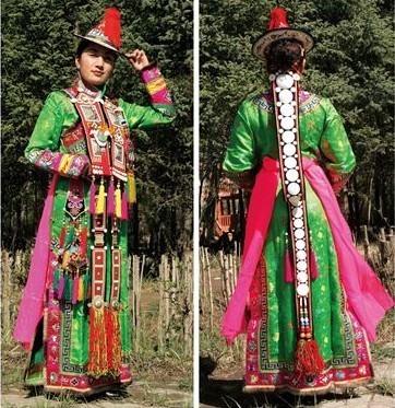 裕固族男女都穿的高领衣服是大襟有衽的长袍