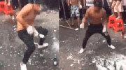 男子街头斗狠用头连爆17瓶啤酒