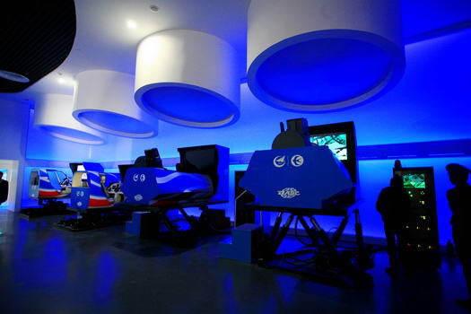 机体验区包括4架模拟飞行玩乐机和1座大型飞机模拟机