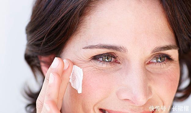 女人过25岁,眼部细纹越来越多,给你2个建议,别让细纹变沟壑