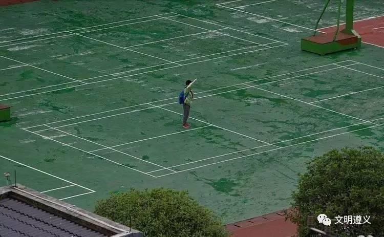 【转】北京时间     小学生迟到遇奏国歌雨中独自敬礼 校长:每名学生都这样 - 妙康居士 - 妙康居士~晴樵雪读的博客