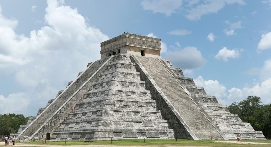 在库库尔坎金字塔的北面两底角雕有两个蛇头