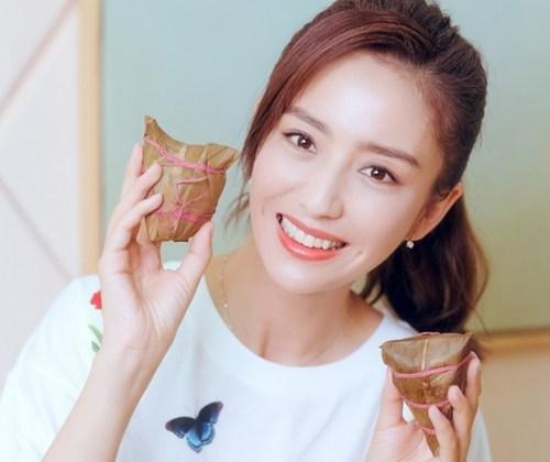 照片中的杨颖打扮非常清纯漂亮,好像在校的大学生一般,白色衬衫外搭黑