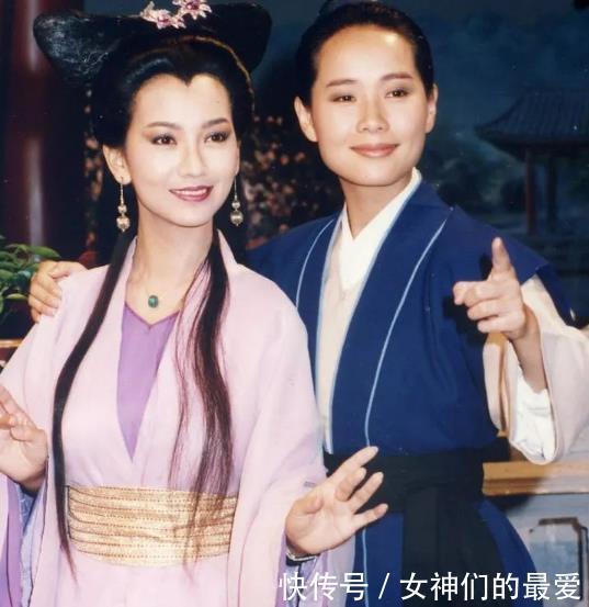 """56岁""""许仙""""出席活动,身穿碎花套裙优雅高贵,自然老去就是美"""